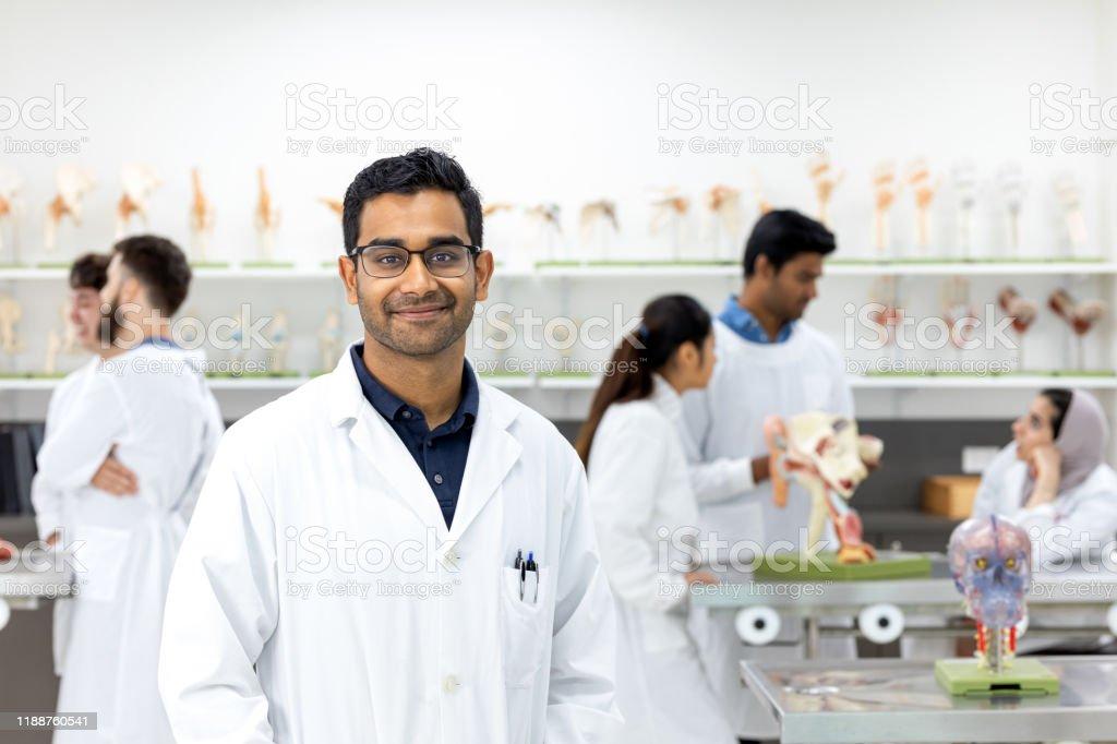 Porträtt av unga indiska manliga läkarstuderande - Royaltyfri 20-29 år Bildbanksbilder
