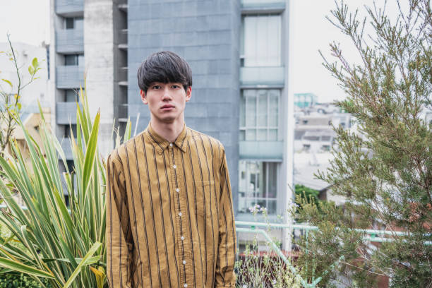 レトロなスタイルの髪のストライプシャツの若い日本人男性の肖像 ストックフォト