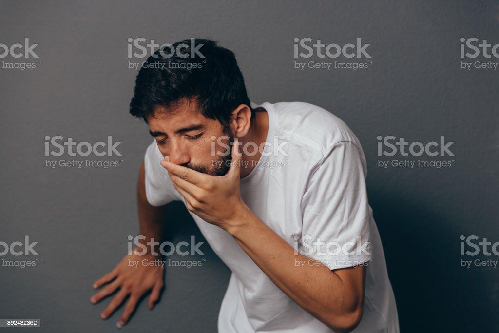 Retrato de borracho joven o vómitos de enfermo - foto de stock