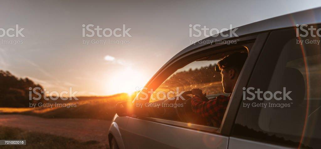 Porträt des jungen Mann im Auto – Foto
