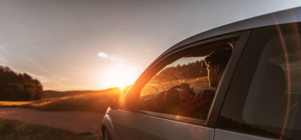 porträt des jungen mann im auto - mietwagen stock-fotos und bilder
