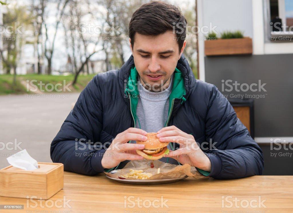 Sokak gıda Cafe genç adam portresi royalty-free stock photo