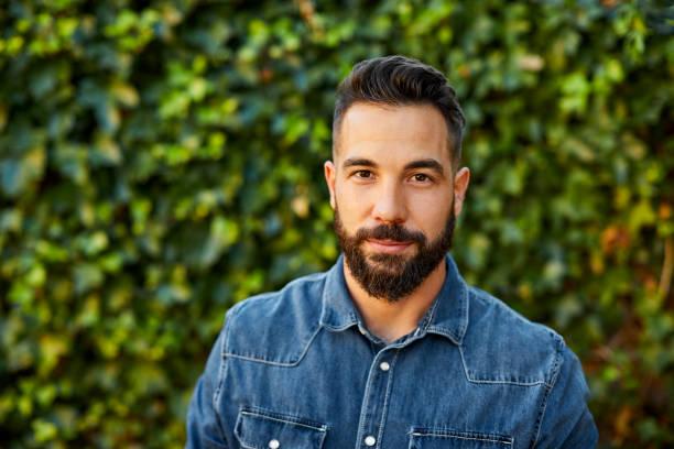 porträt eines jungen mannes in gelbem t-shirt im hinterhof - 30 34 jahre stock-fotos und bilder