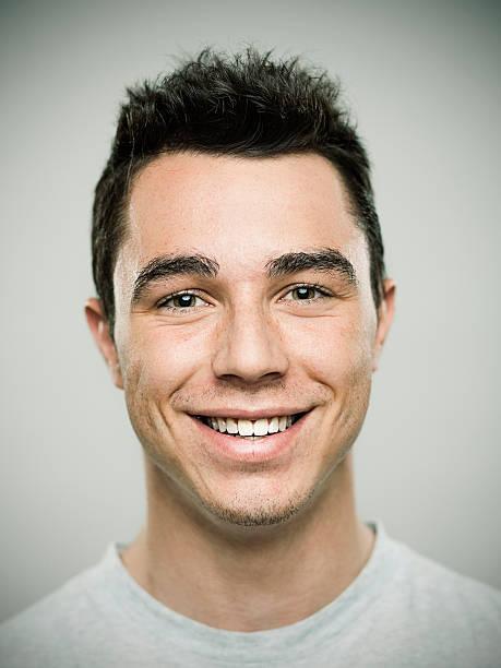 porträt eines jungen mannes lachen - kurze schwarze haare stock-fotos und bilder