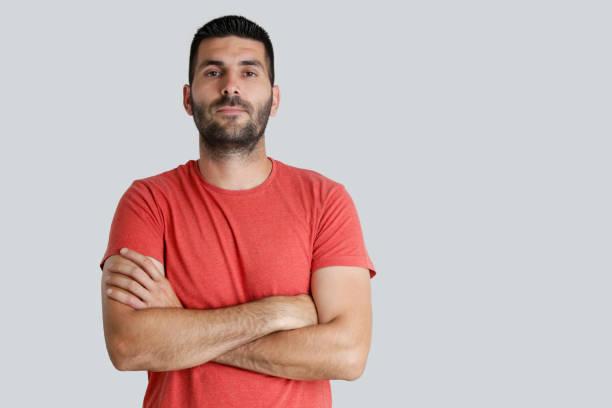 Porträt des jungen Mannes Blick in die Kamera, Studio gedreht auf dem grauen Hintergrund – Foto