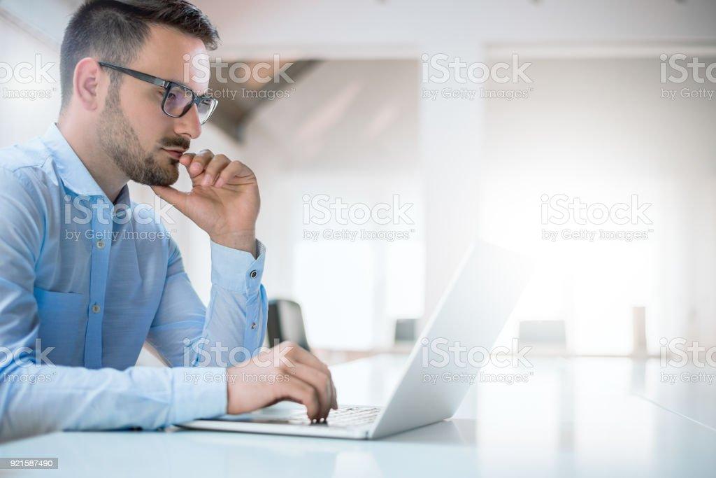 Ofiste onun masasında oturan genç adam portresi - Royalty-free Adamlar Stok görsel
