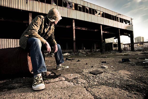 Porträt des jungen Mann sitzt in der Nähe von alten Gebäude – Foto