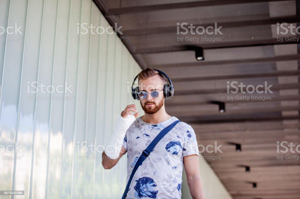 Retrato de hombre joven con fractura de brazo - foto de stock