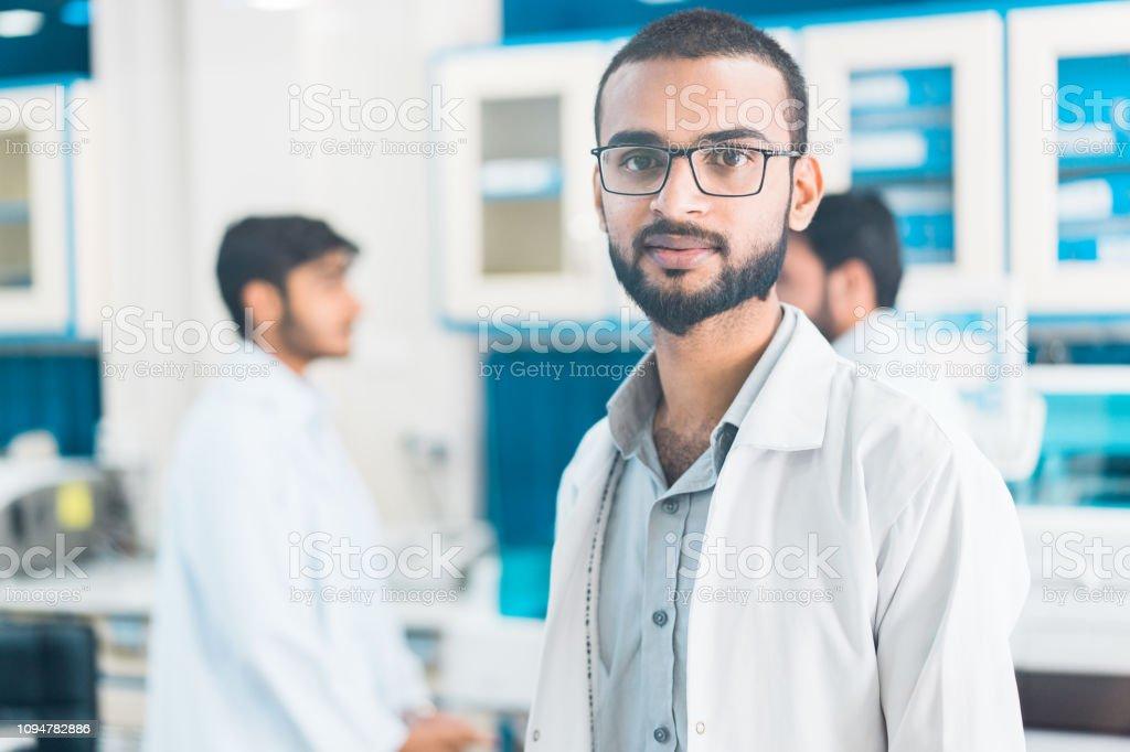 Retrato de hombre joven trabaja en un laboratorio médico. - foto de stock