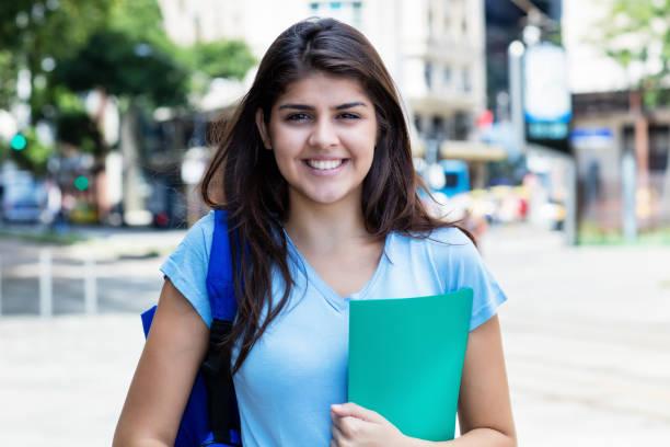 Retrato de una joven estudiante mexicana en la ciudad - foto de stock