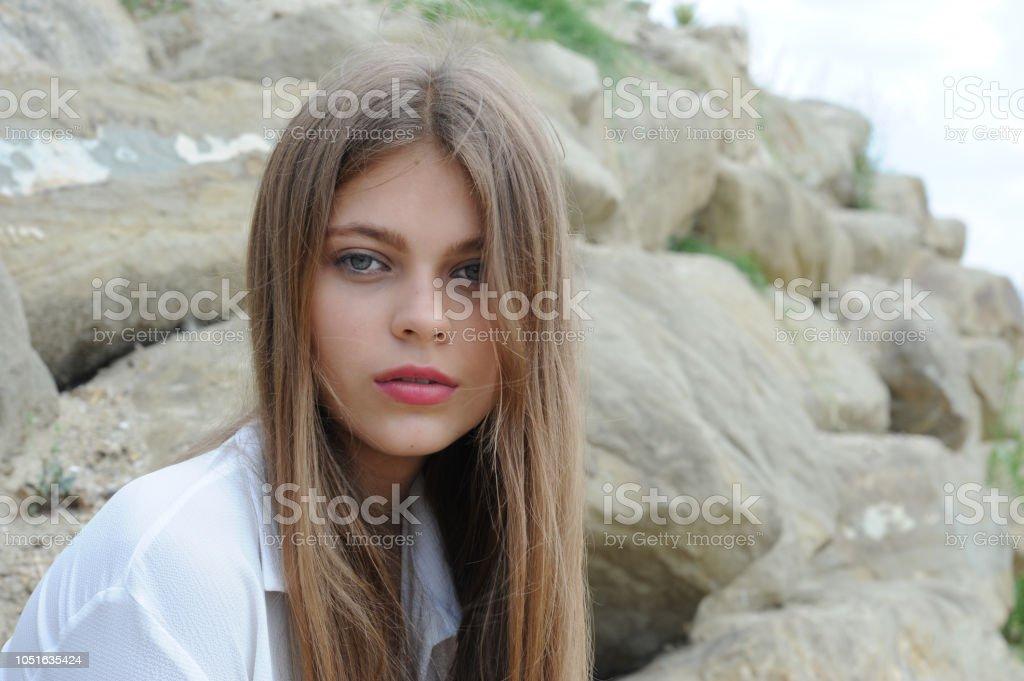 Kayaların önünde genç modeli portresi stok fotoğrafı
