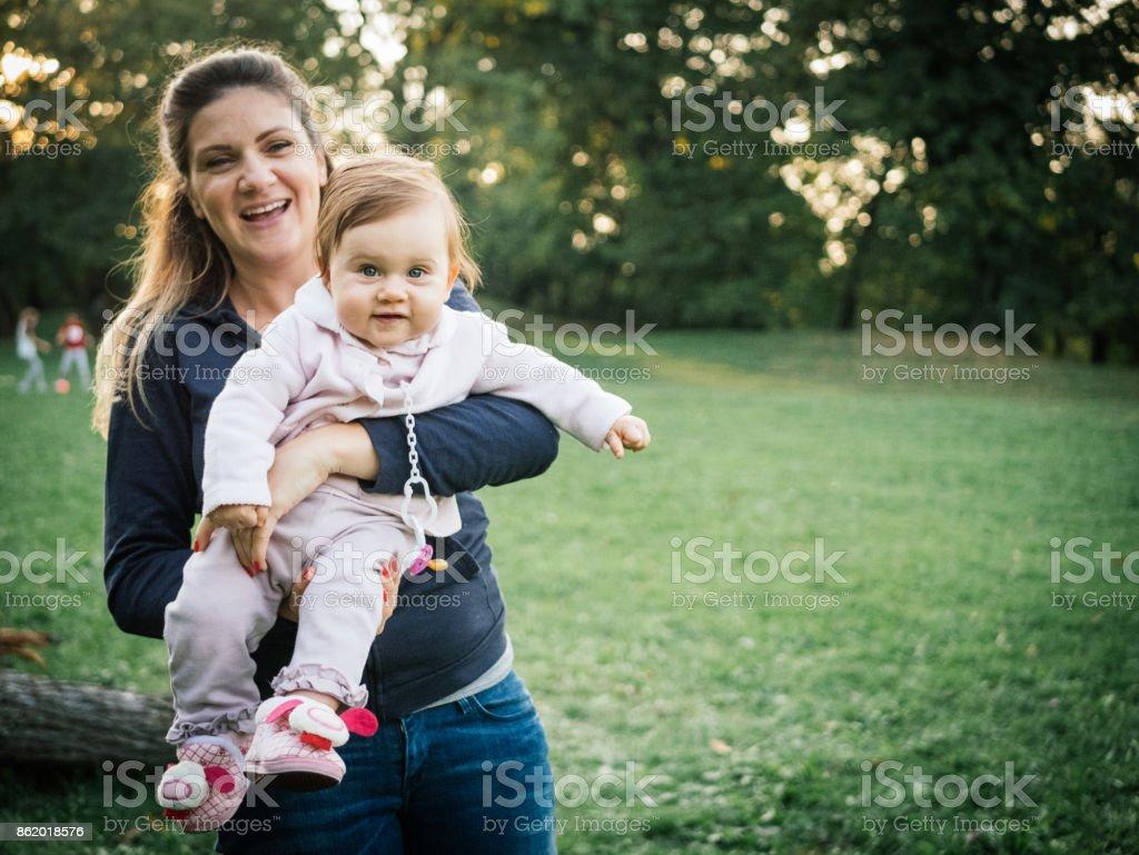 Porträt der jungen Mutter und Babymädchen im park Lizenzfreies stock-foto