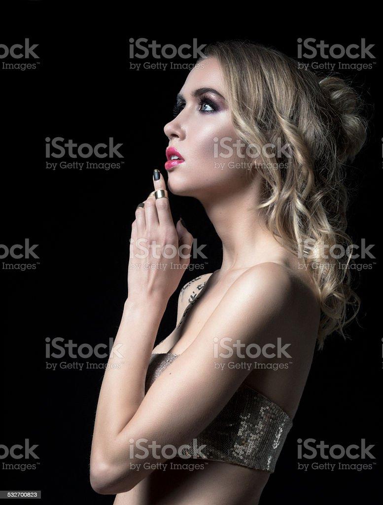 Porträt von Junge hübsche Blonde Dame auf schwarzem Hintergrund – Foto