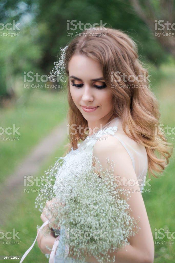 beyaz gelinlik açık havada, genç güzel kadın (gelin) portresi olun yukarı ve saç modeli - Royalty-free Bakmak Stok görsel