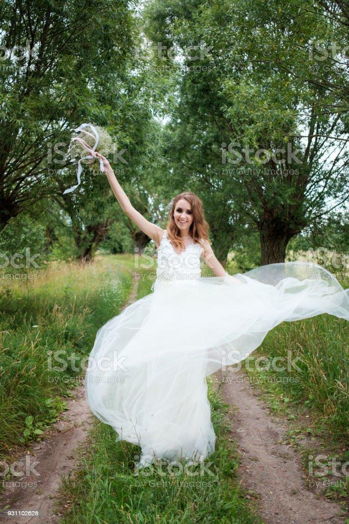 beyaz gelinlik açık havada, genç güzel kadın (gelin) portresi olun yukarı ve saç modeli - Royalty-free Bayan elbisesi Stok görsel