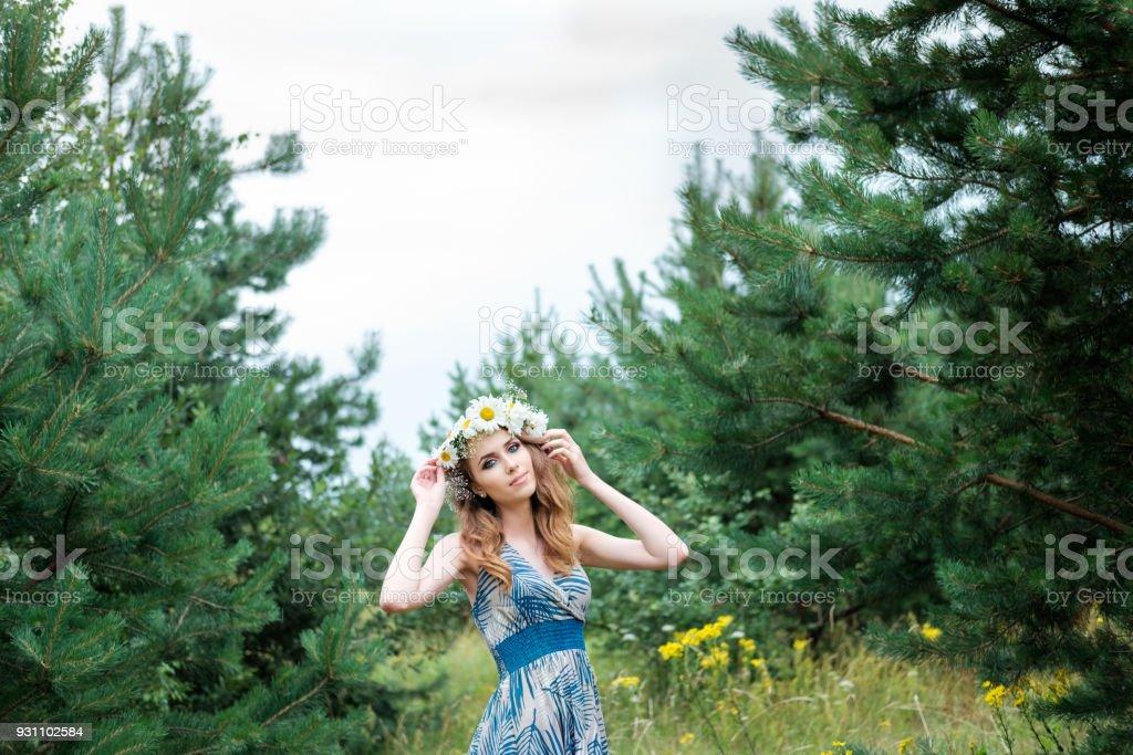 genç güzel kadın portresi halkahalka papatya çiçek kafa, açık havada, saç modeli ile - Royalty-free Bayan elbisesi Stok görsel