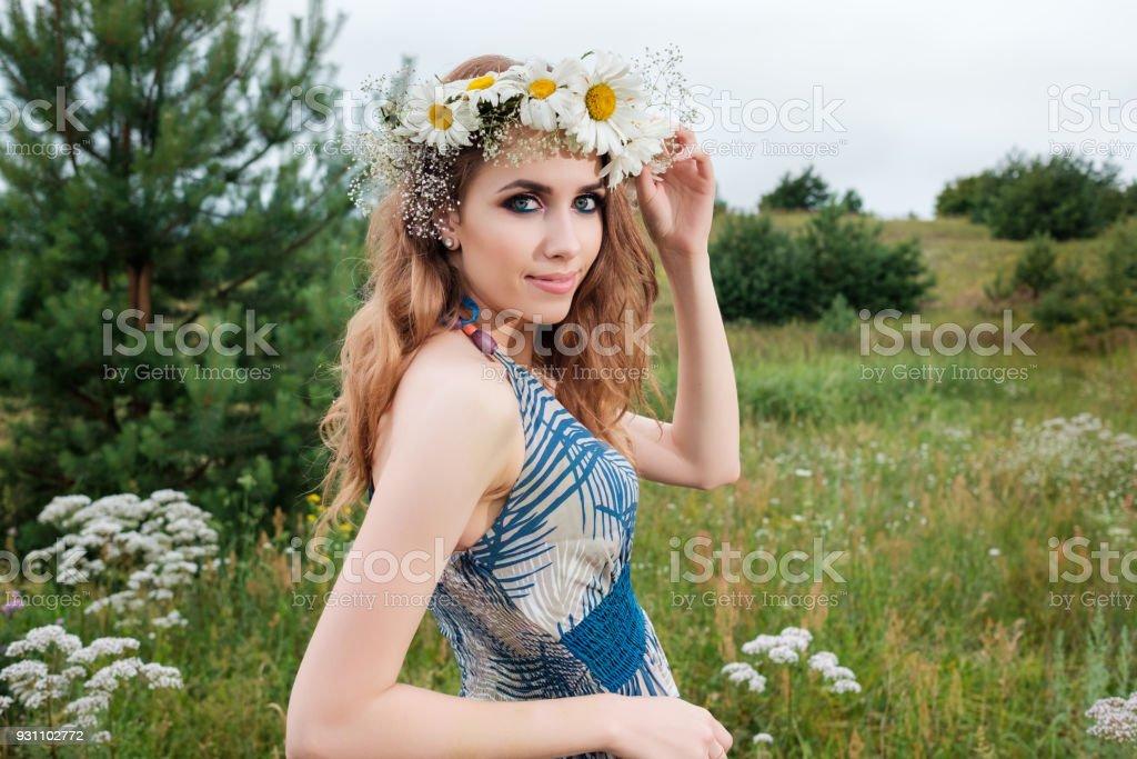 genç güzel kadın portresi halkahalka kafasına, açık havada, papatya çiçek ile yapmak yukarı ve saç modeli - Royalty-free Bayan elbisesi Stok görsel