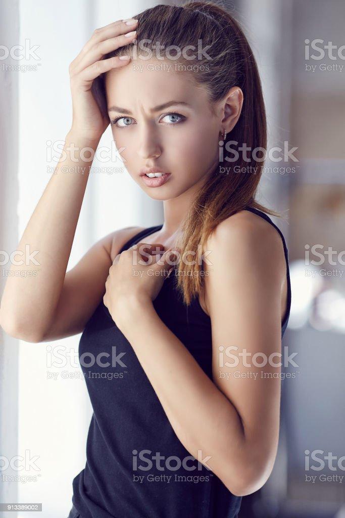 Retrato De Mujer Sexy Pelirroja En Un Rancho De País Foto
