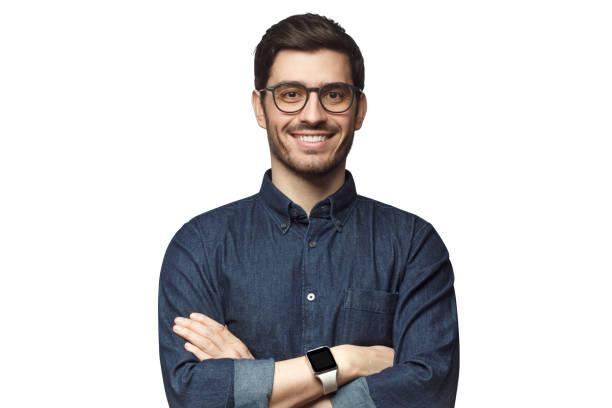 ritratto di giovane uomo caucasico sorridente con le braccia incrociate, con orologio intelligente e camicia casual in denim, isolato su bianco - man portrait foto e immagini stock