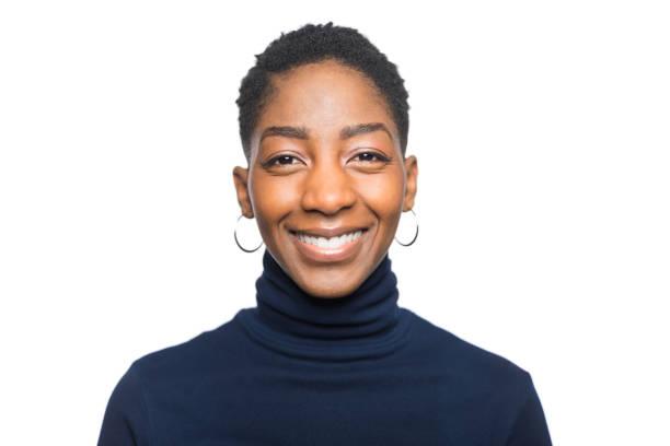 porträt einer jungen lächelnden frau afrikanischer abstammung - alvarez stock-fotos und bilder