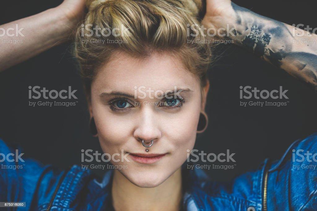 Porträt des jungen tätowierte Frau mit blonden Haaren und piercing – Foto