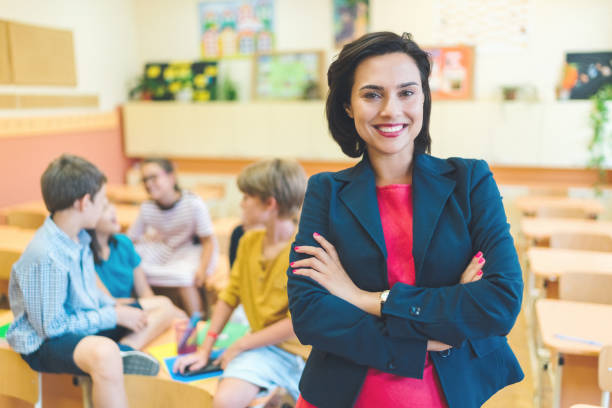 Porträt der jungen Lehrerin im Unterricht der Schüler – Foto