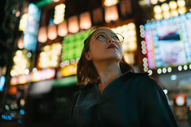 portret van jonge vrouw 's nachts tijdens het opzoeken - laag camerastandpunt stockfoto's en -beelden