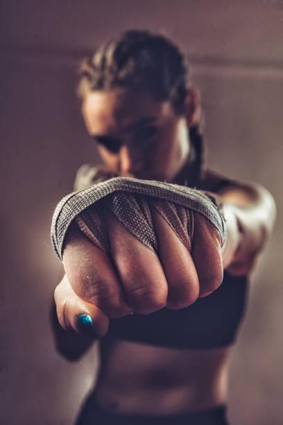 Portrait de jeune femme Fighter poinçonnage vers caméra - Photo