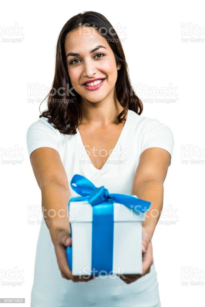 Hediye kutusu bir genç kadın portresi royalty-free stock photo