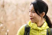 秋の森でハイキングする若い女性の肖像