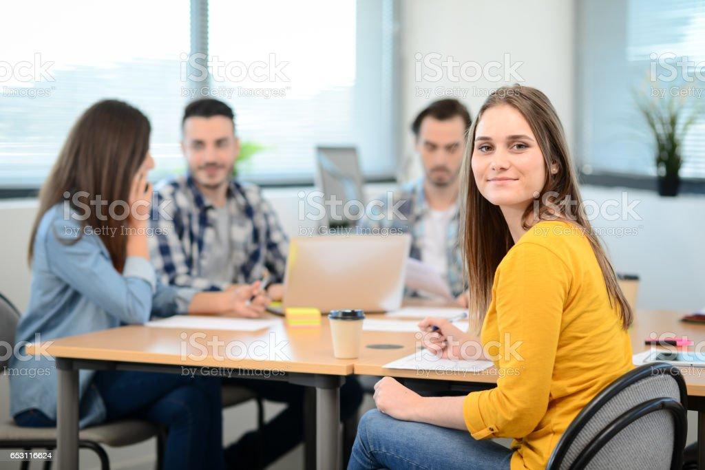Porträt der jungen Frau in Freizeitkleidung arbeiten in einem kreativen Unternehmen Startup Firma Büro mit Kollegen Menschen im Hintergrund – Foto