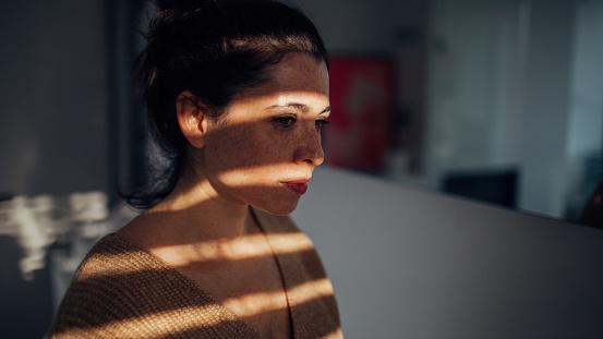 Porträt Der Jungen Frau In Ihrer Wohnung Stockfoto und mehr Bilder von Abgeschiedenheit