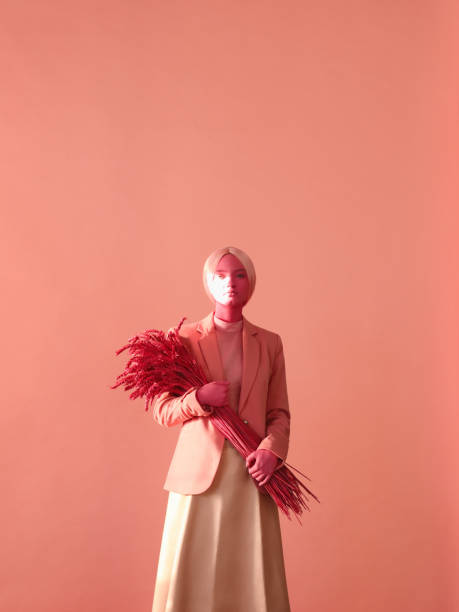 portrait de jeune femme dans les tons roses monochromes - fond couleur uni photos et images de collection