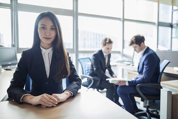 portret młodej kobiety w biurze  - poprawna postawa zdjęcia i obrazy z banku zdjęć