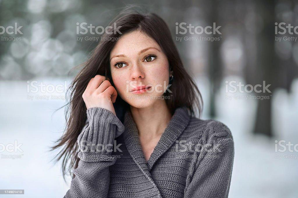 Портрет молодой женщины в зимний стоковое фото