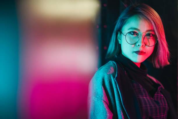 porträt der jungen frau von neonlicht angezündet - japanische lampen stock-fotos und bilder