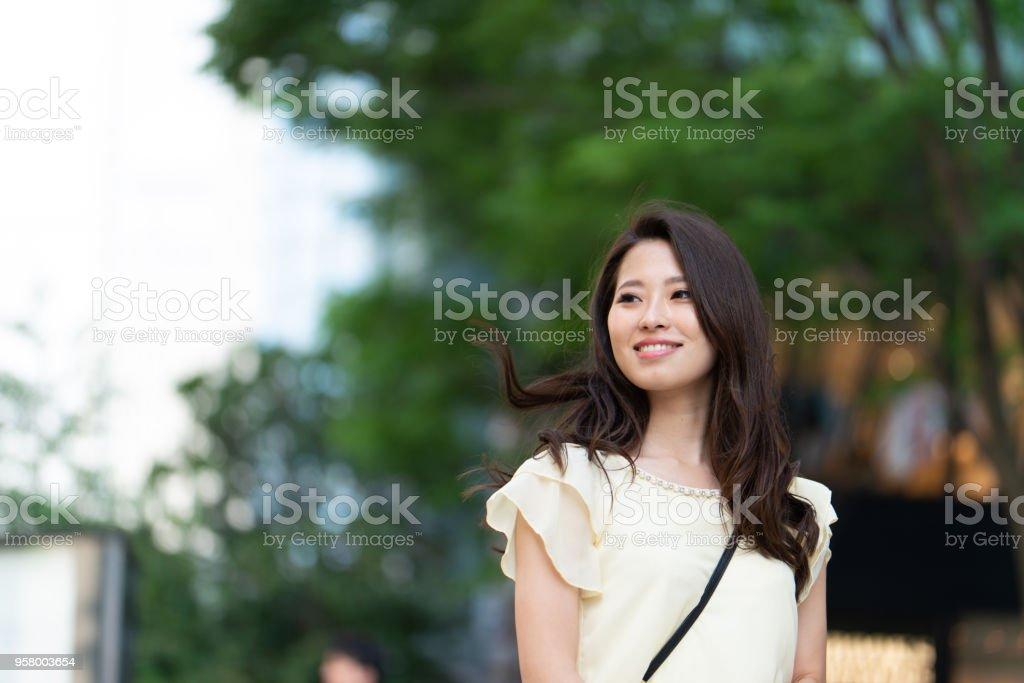 街で若い女性の肖像画 ロイヤリティフリーストックフォト