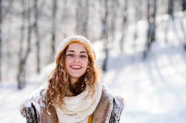 porträt der jungen frau draußen im winter. - mützenschal stock-fotos und bilder
