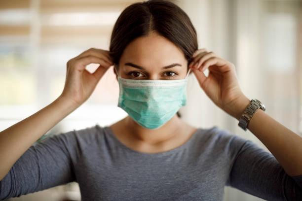 保護マスクを着用した若い女性の肖像 - マスク ストックフォトと画像