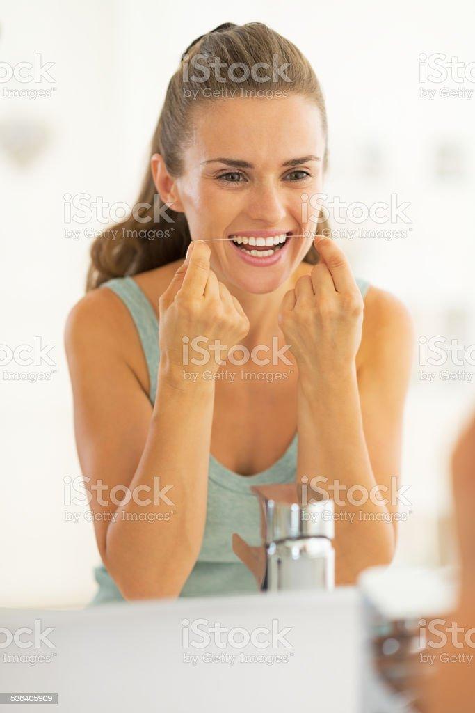 45ee17bc6 Foto de Retrato De Jovem Mulher Usando Fio Dental No Banheiro e mais ...