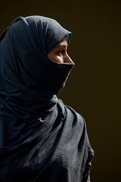 ritratto di giovane donna con blu hijab in aperto - foulard copricapo foto e immagini stock