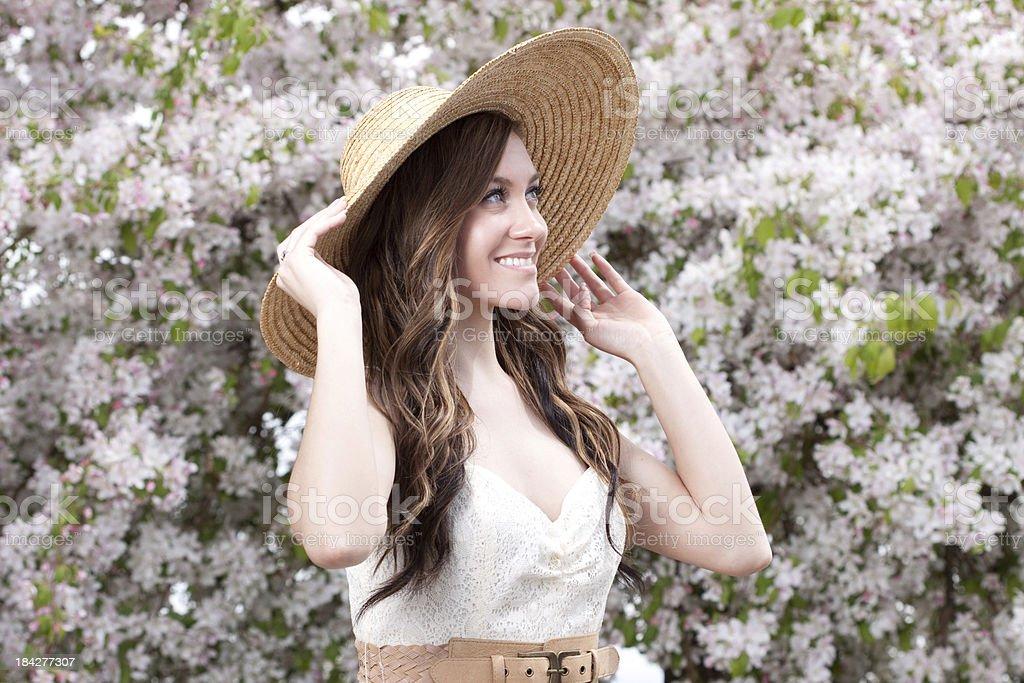 Porträt der jungen Frau, die Sommer Hut im Freien – Foto