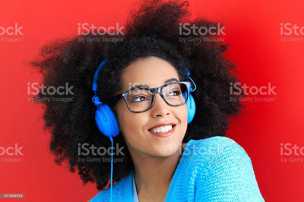 Porträt von Junge Frau mit blaue Kopfhörer – Foto