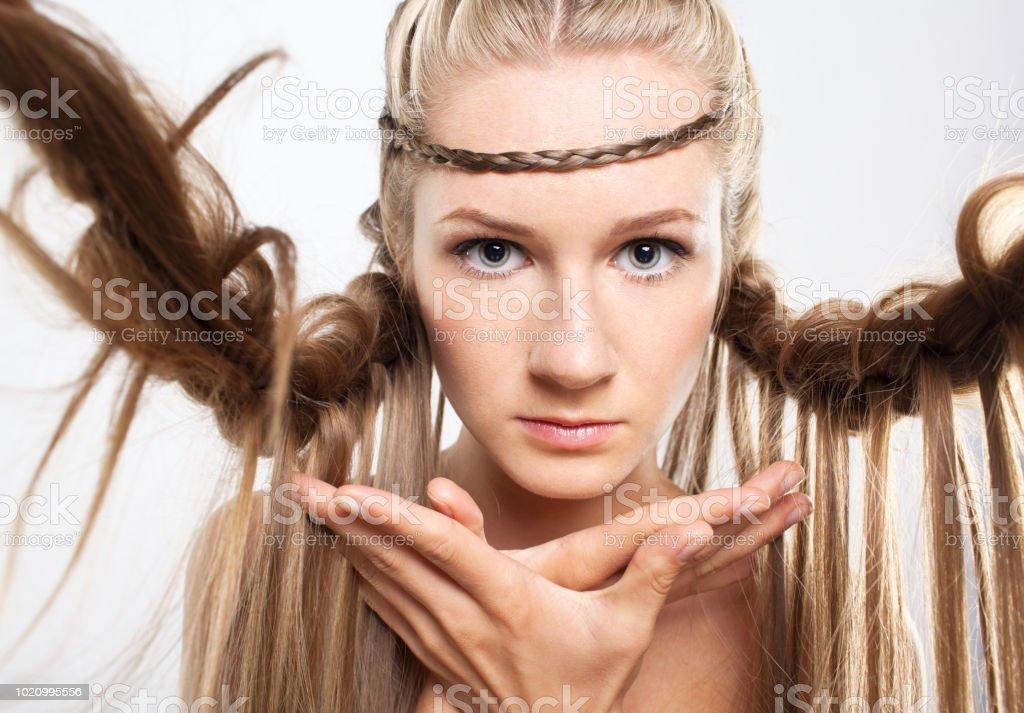 Portrat Der Jungen Frau Mit Zopf Frisur Stockfoto Und Mehr Bilder
