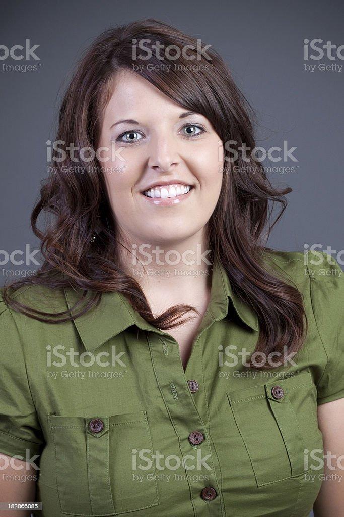 Porträt der jungen Frau mit braunen Haaren – Foto