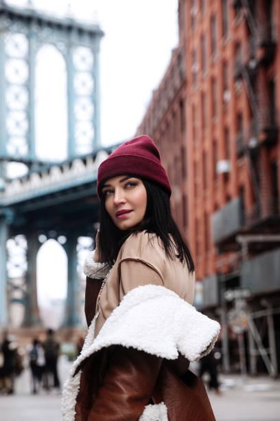 potret wanita muda dengan lipstik ceri di pusat kota new york. pose wanita di atas jembatan brooklyn - pose new york potret stok, foto, & gambar bebas royalti
