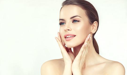 年輕女子的肖像與乾淨的新鮮皮膚和柔軟精緻的化妝女人溫柔地撫摸著臉 照片檔及更多 一個人 照片