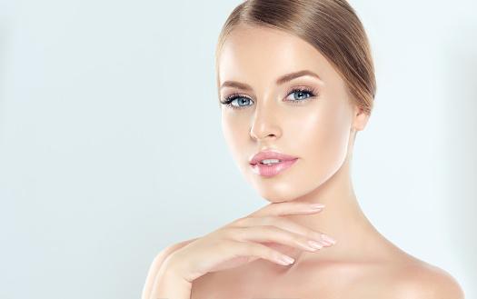 年輕女子的肖像 清新的皮膚和柔軟 細膩的彌補女人溫柔地撫摸著自己的臉 照片檔及更多 一個人 照片