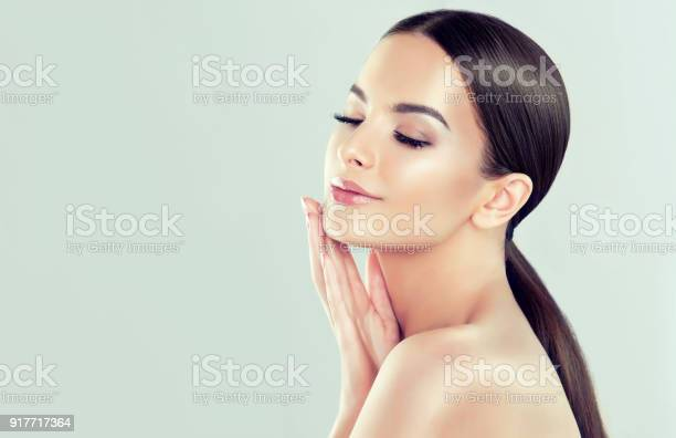 Portrait of young woman with clean fresh skin and soft delicate make picture id917717364?b=1&k=6&m=917717364&s=612x612&h=l5kdjumw7swy9h7xw5kqw8pl4xqgn85xogqvzyrgwre=