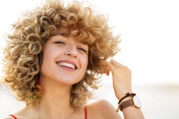 portret van jonge vrouw met krullend haar - blond curly hair stockfoto's en -beelden